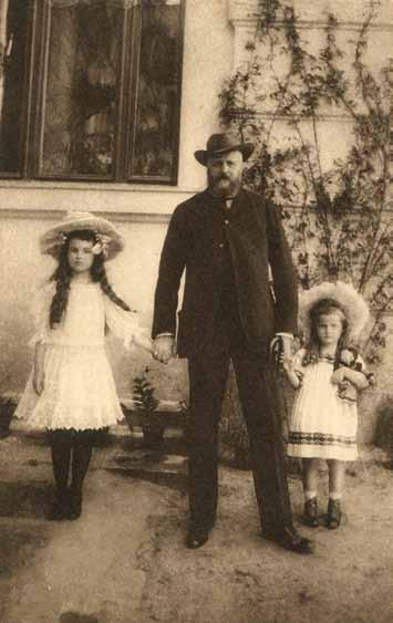 Karol Lanckoroński z córkami Karoliną i Adelajdą. Karol Lanckoroński and his daughters, Karolina and Adelajda.