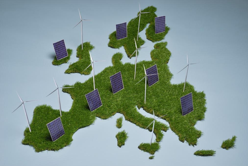 EU AIMS AT ENERGY TRANSITION Question of the future energy mix Unprecedented development of the EU Energy and Climate policies Source: EC Audiovisual Service, European Union, 2015 Photo: